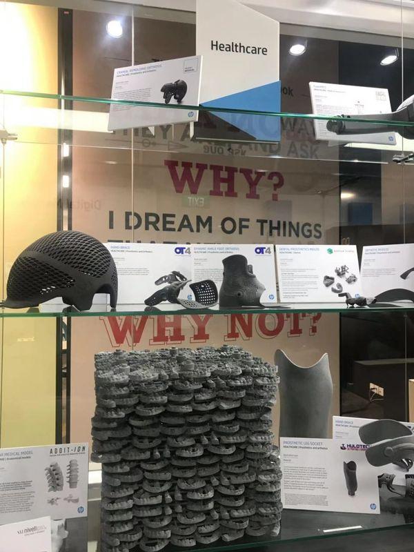利用3D打印技术定制化制造的牙齿模型,头盔等产品
