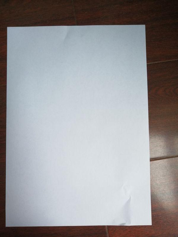 很轻松地将纸拿出来后,右下角明显皱痕。