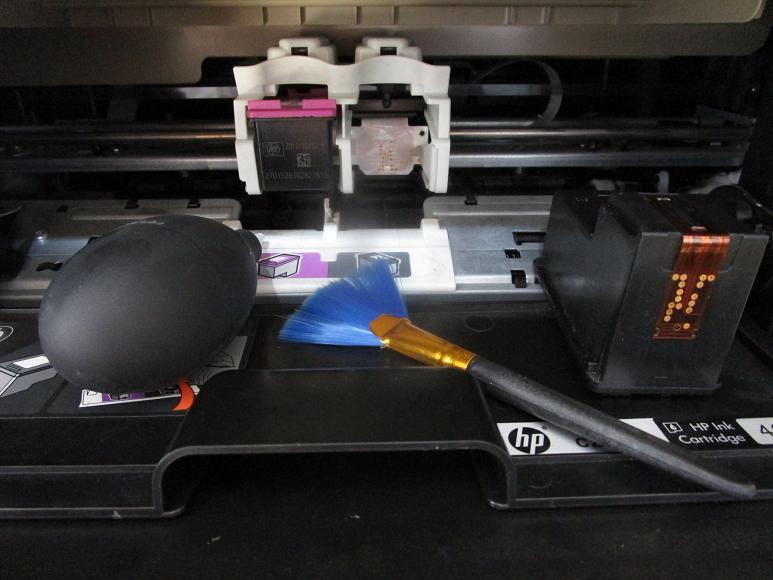 清洁墨盒卡槽位与墨盒金属触点.png