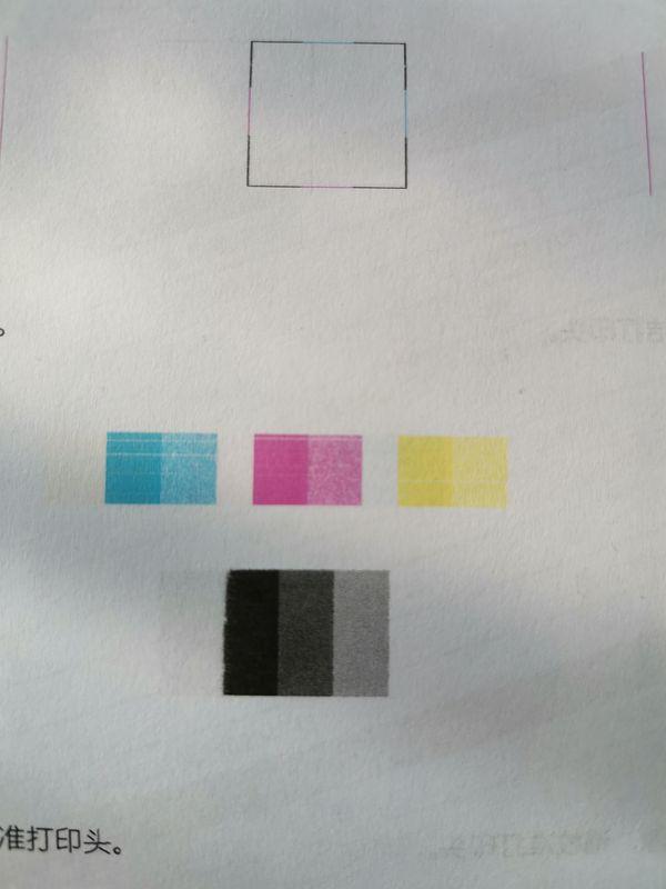 三个彩块均出现多条细白线,且下方黑块边缘缺失