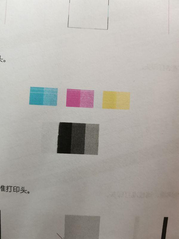 三个彩块均出现细白线,且下方黑块边缘缺失